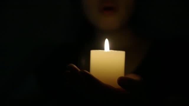vidéos et rushes de femme, souffler les bougies - candlelight
