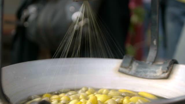 frau kochen deiche seidenraupen cocoons, um seidengarn zu machen. - textilfabrik stock-videos und b-roll-filmmaterial