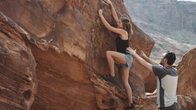 stockvideo's en b-roll-footage met 4 k slo mo: vrouw boulderen in utah - boulder rock