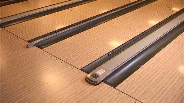 vídeos de stock, filmes e b-roll de a woman bowling sweden. - só mulheres maduras