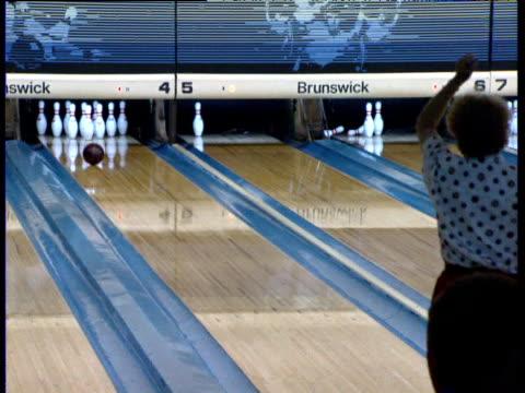 stockvideo's en b-roll-footage met woman bowls a half-strike dallas - bowlen