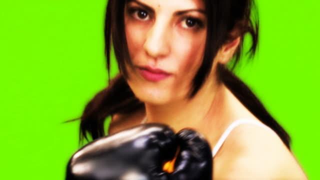 vídeos y material grabado en eventos de stock de mujer boxeador - guante de boxeo