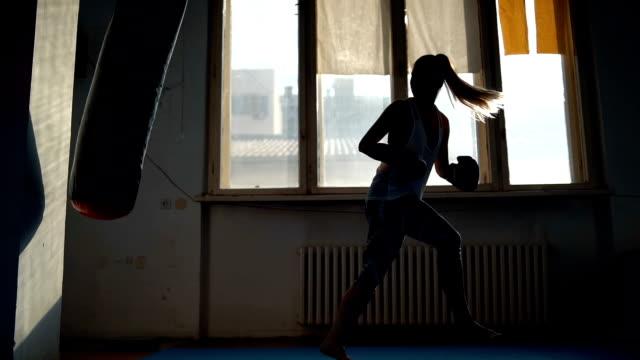 vídeos y material grabado en eventos de stock de boxeo femenino en el gimnasio - rutina