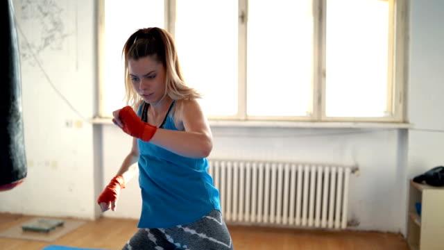 vídeos de stock e filmes b-roll de woman boxing in the gym - rotina