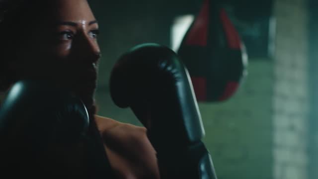 vidéos et rushes de sac de punshing boxe femme - frapper activité physique
