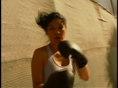 vídeos de stock, filmes e b-roll de woman boxing - posição de combate