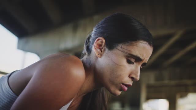 frau atmet nach joggen - exhaustion stock-videos und b-roll-filmmaterial