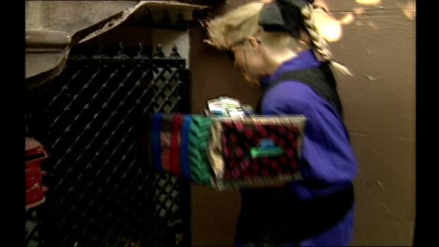vídeos y material grabado en eventos de stock de woman bringing a gift to a friends door in nyc - casa de ladrillo