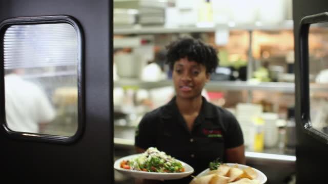vidéos et rushes de ms woman bringing food from kitchen / truxton's, california, usa - cuisine professionnelle