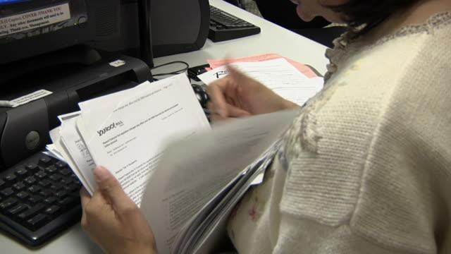 vídeos de stock e filmes b-roll de cu, woman browsing papers at michigan works office, livonia, michigan, usa - procurar emprego