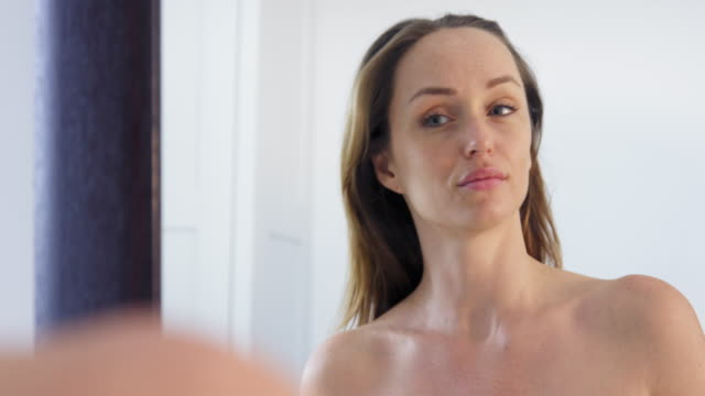 stockvideo's en b-roll-footage met woman brushing hair - haarborstel