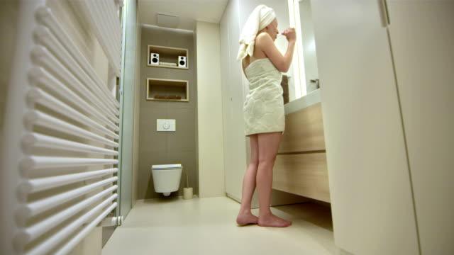 vidéos et rushes de ls femme se brosser les dents - un jour comme les autres images en série