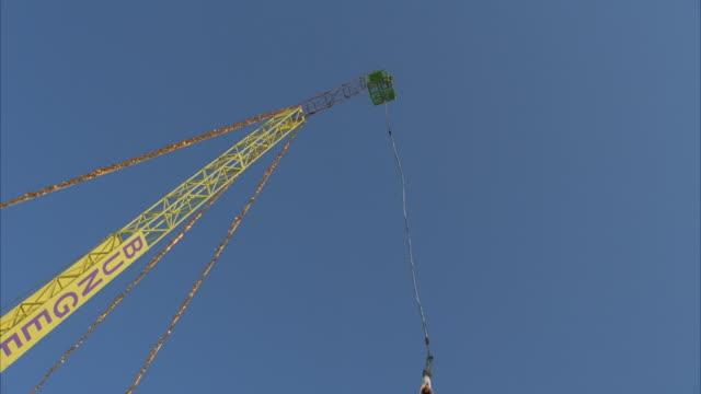 la, woman bungee jumping from crane - frau gefesselt stock-videos und b-roll-filmmaterial