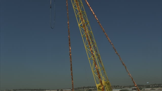 ms, woman bungee jumping from crane - frau gefesselt stock-videos und b-roll-filmmaterial