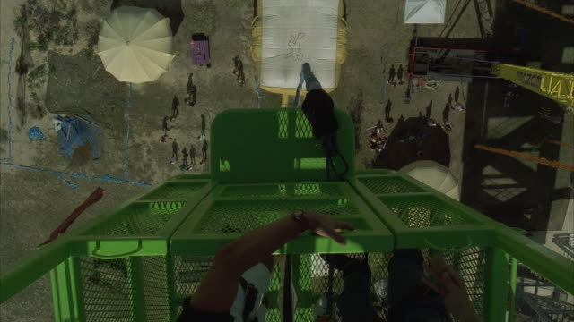 vídeos y material grabado en eventos de stock de ha, woman bungee jumping - puenting