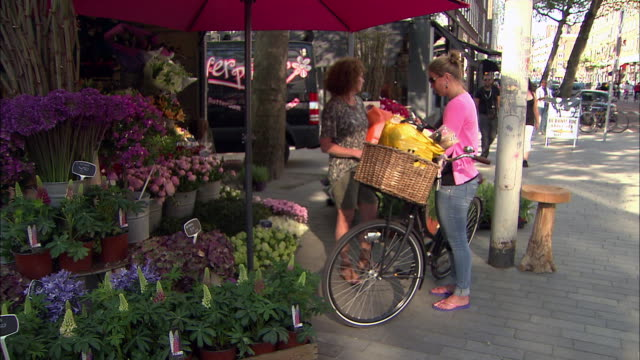 stockvideo's en b-roll-footage met ws woman buying flowers - business or economy or employment and labor or financial market or finance or agriculture