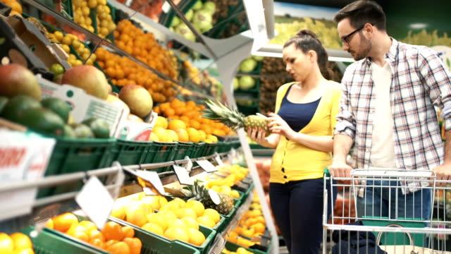 Vrouw koopt verse groenten en fruit.