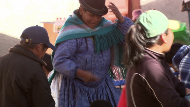 stockvideo's en b-roll-footage met woman buying fresh goods from street trader, copacabana, bolivia - bolivia