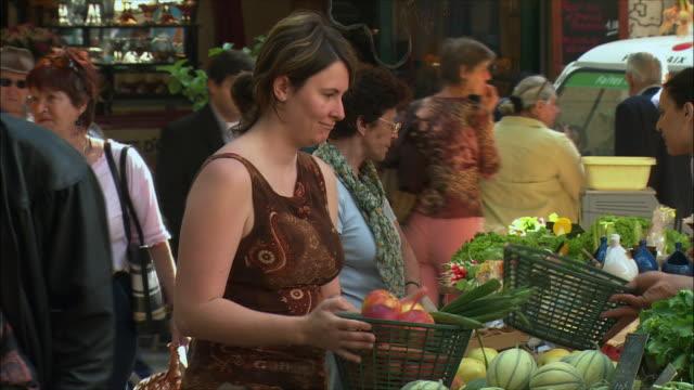 vídeos de stock, filmes e b-roll de ms woman buying fruits in market / aix-en-provence, provence, france - aix en provence