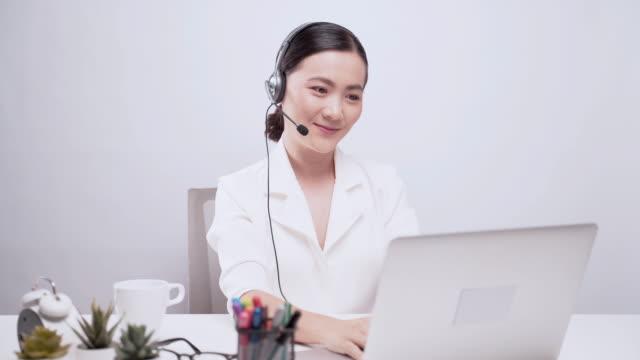 女性コールセンター - コールセンター点の映像素材/bロール