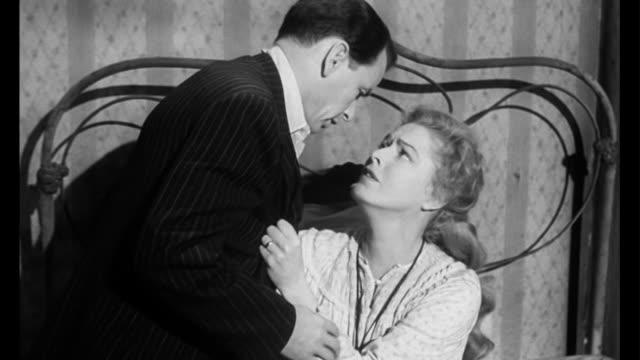vídeos y material grabado en eventos de stock de 1955 woman (eleanor parker) can't deal with husband (frank sinatra) leaving - divorcio