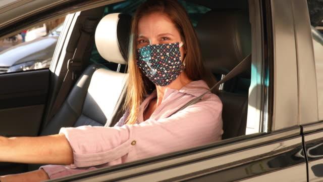vídeos de stock, filmes e b-roll de retrato do motorista de carro da mulher - dirigir
