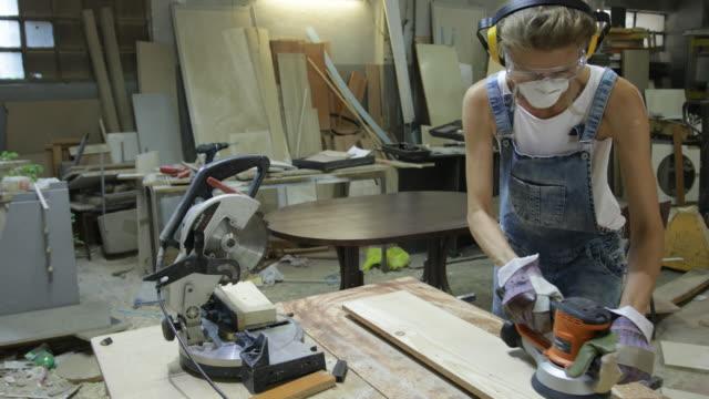 vídeos de stock e filmes b-roll de woman carpenter - imagem em movimento