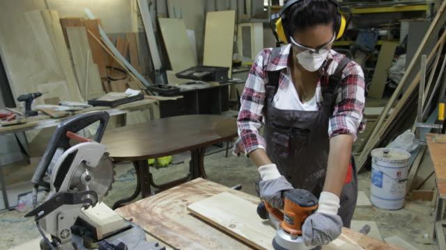 vídeos de stock e filmes b-roll de woman carpenter - protetor de ouvido