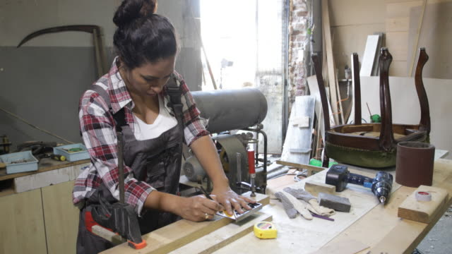 woman carpenter - carpenter stock videos & royalty-free footage