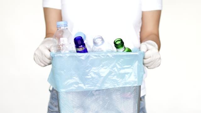 frau mit mülleimer voller recyclingflaschen - unbeschrieben stock-videos und b-roll-filmmaterial