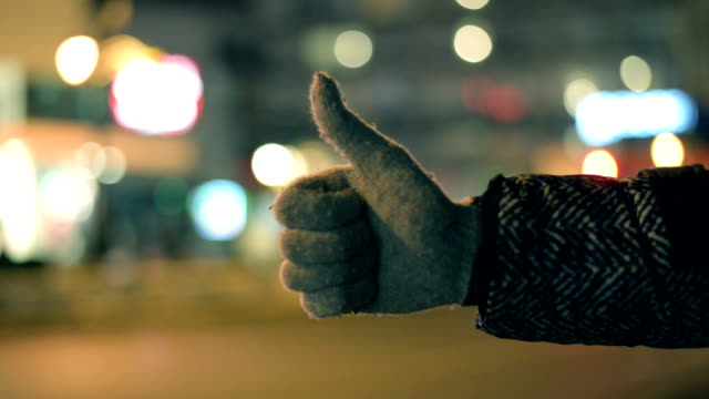 vídeos de stock, filmes e b-roll de mulher pegando táxi - a parar