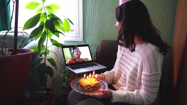 vídeos de stock e filmes b-roll de woman celebrating birthday during quarantine covid-19 - candlelight