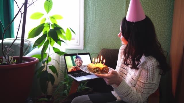 vídeos de stock, filmes e b-roll de mulher comemorando aniversário durante quarentena covid-19 - birthday