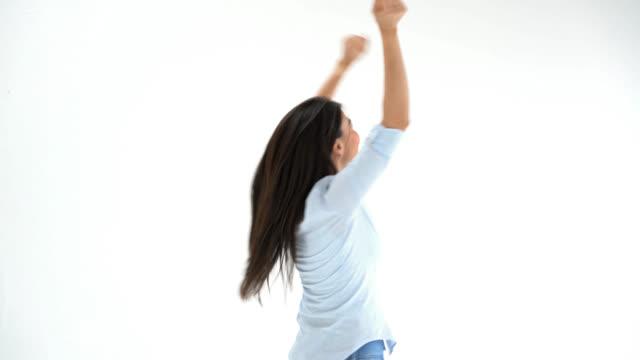 vídeos de stock, filmes e b-roll de mulher, celebrando a saltar para cima e para baixo com os braços estendidos - loteria