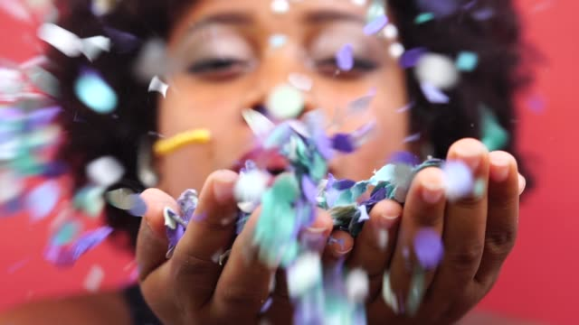 vídeos de stock e filmes b-roll de woman celebrating life with confetti - brazilian ethnicity
