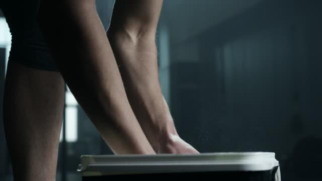 vídeos y material grabado en eventos de stock de marcar con tiza las manos antes de levantamiento de pesas en el gimnasio de mujer - magnesio