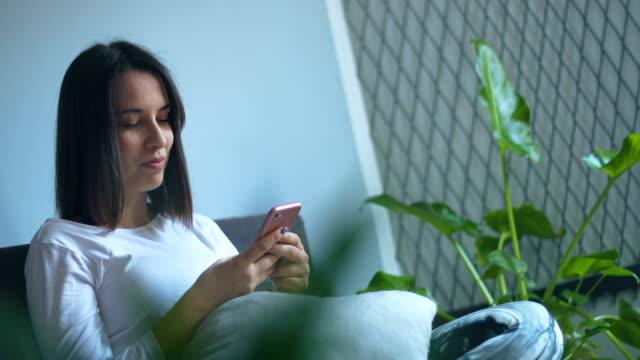 vídeos de stock e filmes b-roll de woman chatting online - cabelo natural