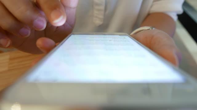 vídeos y material grabado en eventos de stock de mujer comprobar correo electrónico teléfono inteligente - asociación norteamericana de telecomunicaciones e internet