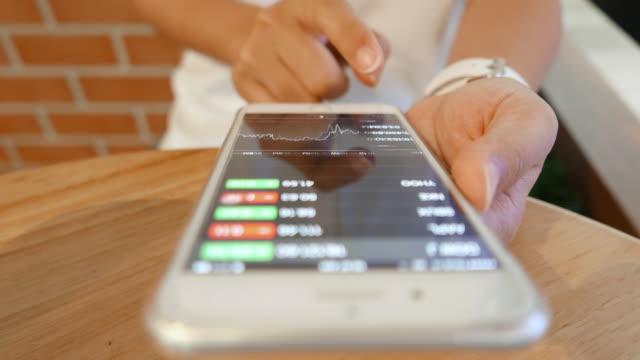 vídeos y material grabado en eventos de stock de tabla mujer check exchange mercado de teléfono inteligente - asociación norteamericana de telecomunicaciones e internet