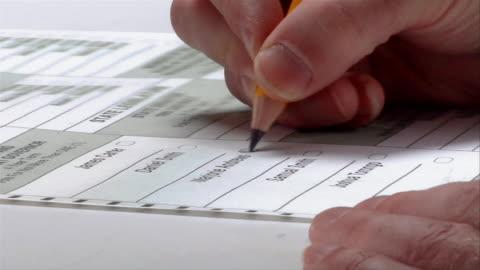 vidéos et rushes de cu, zi, woman checking box next to name on ballot, ypsilanti, michigan, usa - bulletin de vote