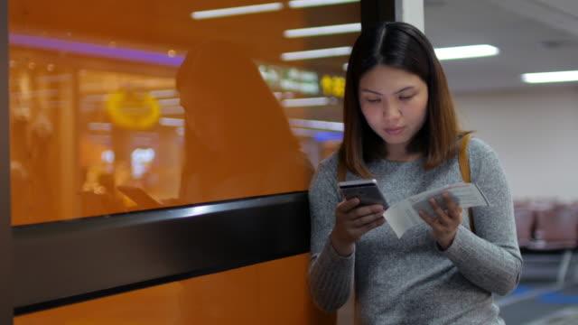 Vrouw vlucht vliegtuig Ticket via de mobiele telefoon voor Check-in Online controleren