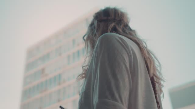 Frau, die in urbaner Umgebung Telefon