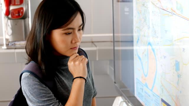 女性のチェック、地図、タブレット - 方向標識点の映像素材/bロール