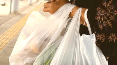 vídeos y material grabado en eventos de stock de mujer comprobar la lista de compras - bolsa de plástico