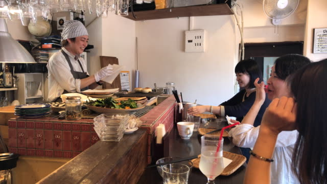 a woman chef who delivers food while enjoying conversation with customers - 技能点の映像素材/bロール