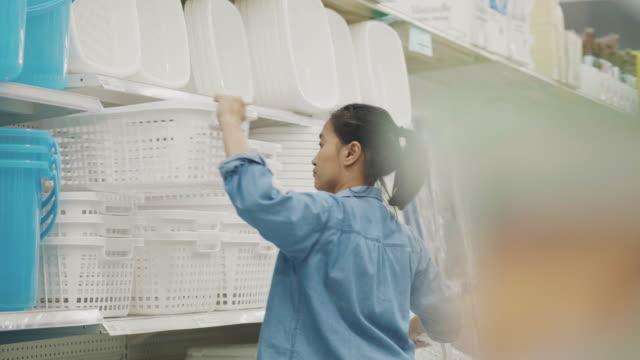 女性がバスケットを選ぶ - インテリア点の映像素材/bロール