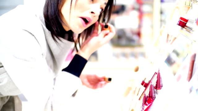 Frau Sie ein Wimperntusche im beauty Shop.