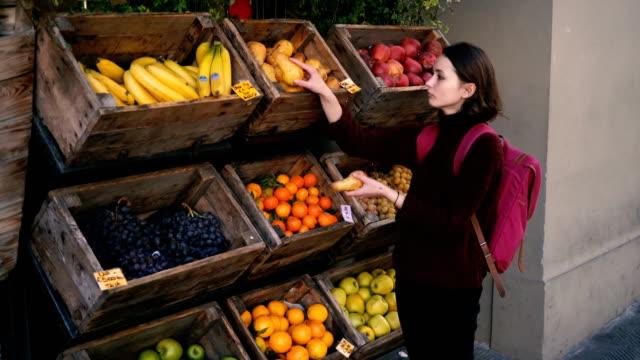 Frau Wahl frisches Obst auf der Straße von Florenz