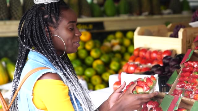 Woman choosing fruits on feira