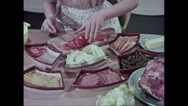 vídeos y material grabado en eventos de stock de ms woman chopping and arranging tomatoes / united states - tomate